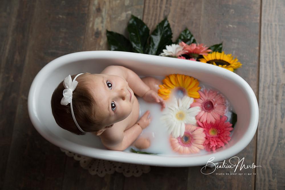bébé baignoire bain de lai fleurs