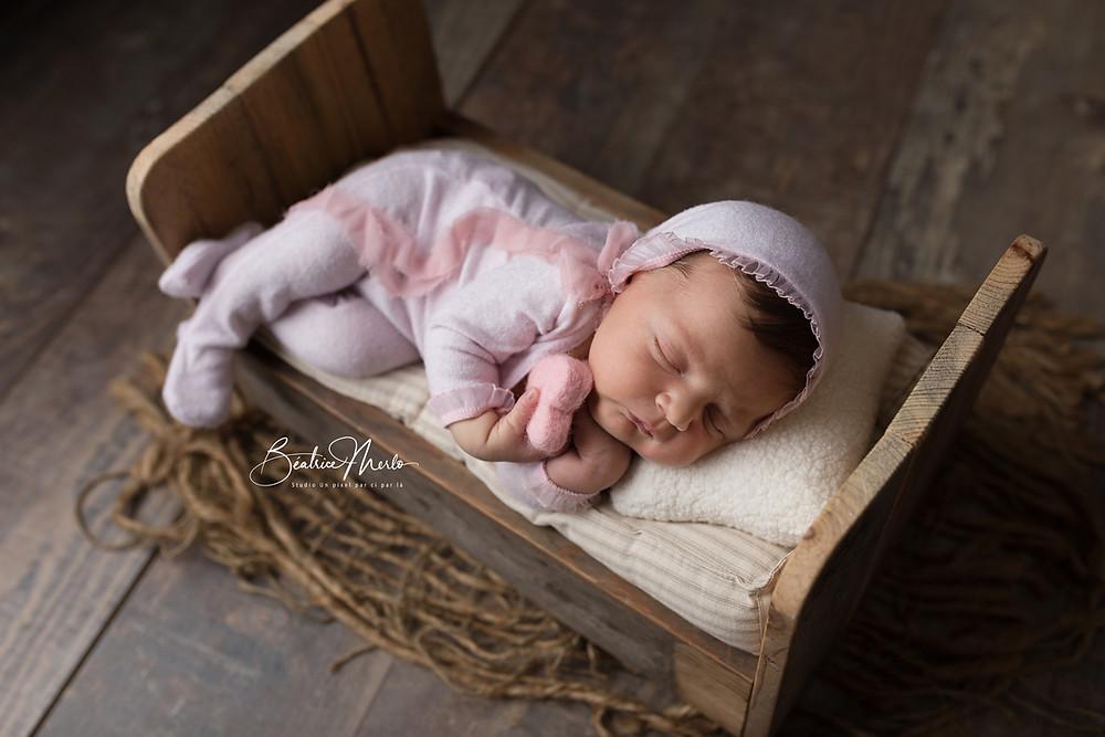 mini lit nouveau né bébé endormi coeur heureux