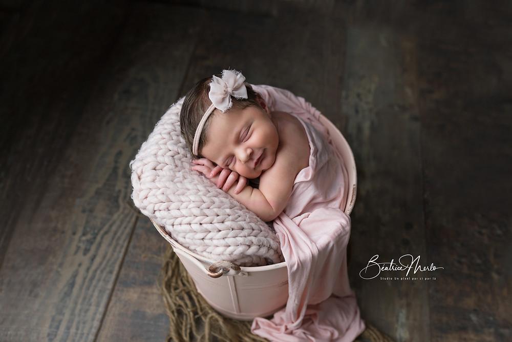 seau bébé nouveau né endormi sourire