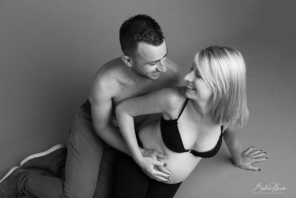 photo couple grossesse N&B heureux bonheur