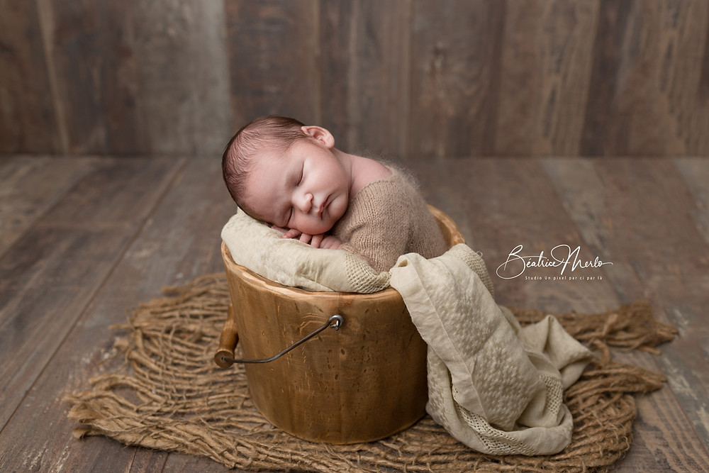 bébé garçon naissance dans seau