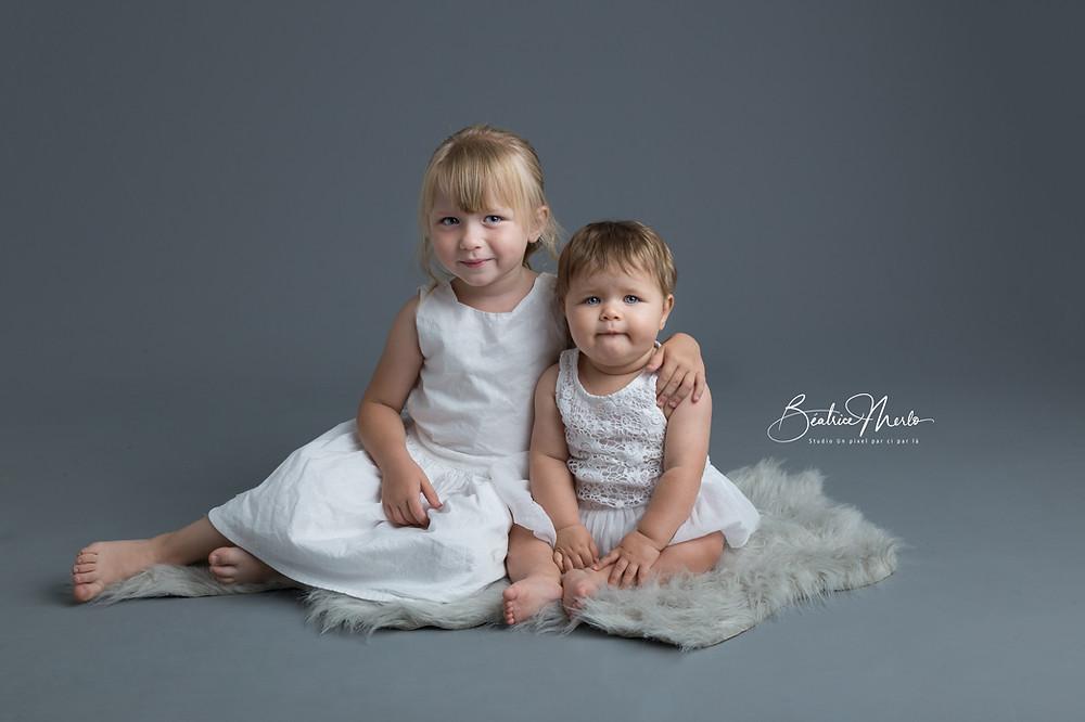 deux soeurs en photo en studio
