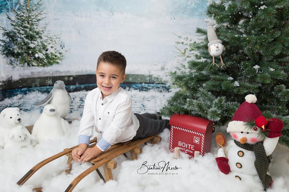 enfant garçon noel luge neige sapin