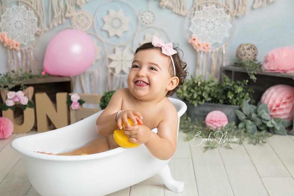 bébé fille 1 an baignoire bonheur