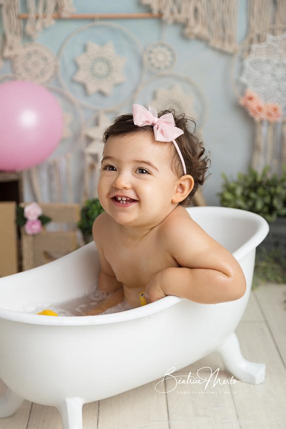 fillette 1 an baignoire moment bain