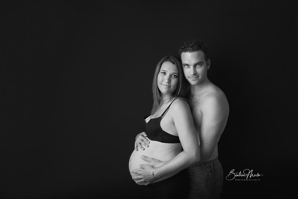 couple maternité N&B bonheur