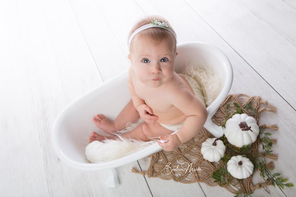 bébé assis baignoire lumière