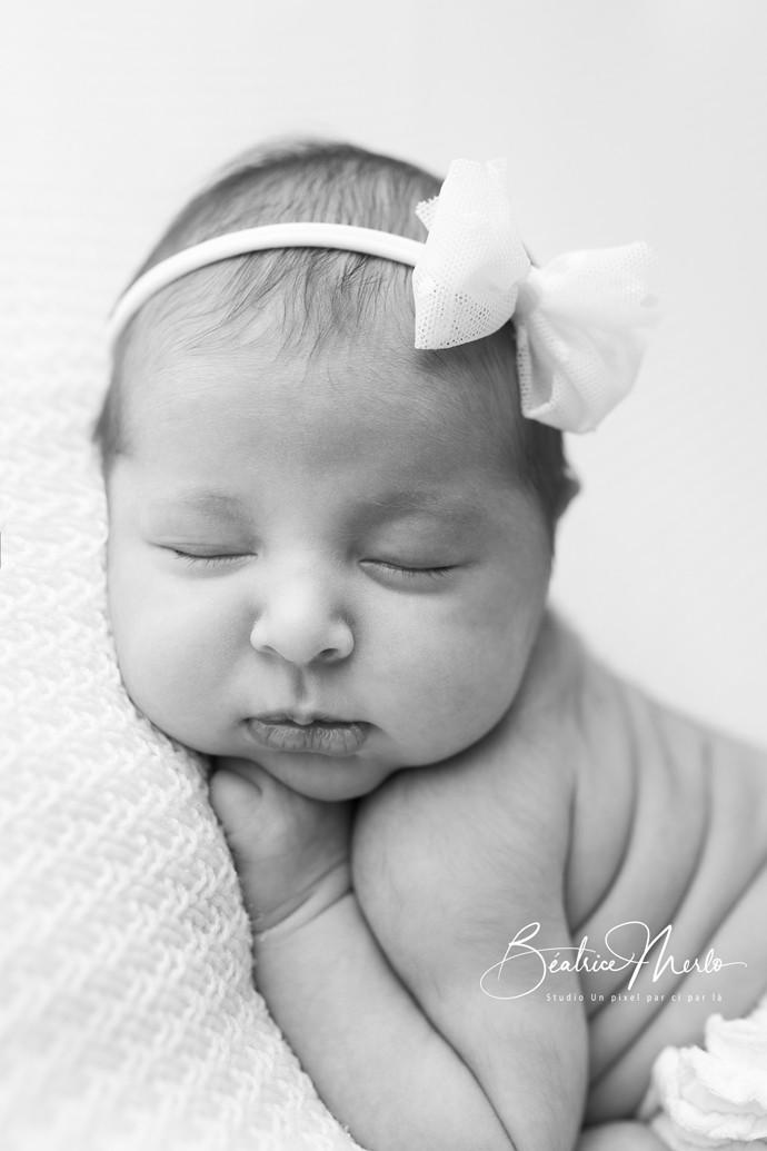 bébé fille naissance portrait N&B bandeau