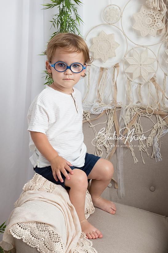 petit garçon adorable macramé boho canapé
