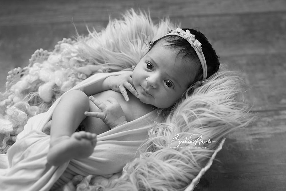 bébé nouveau né sourire heureux N&B