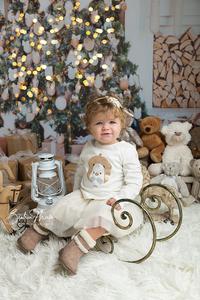 bébé fille luge sapin lumières nounours