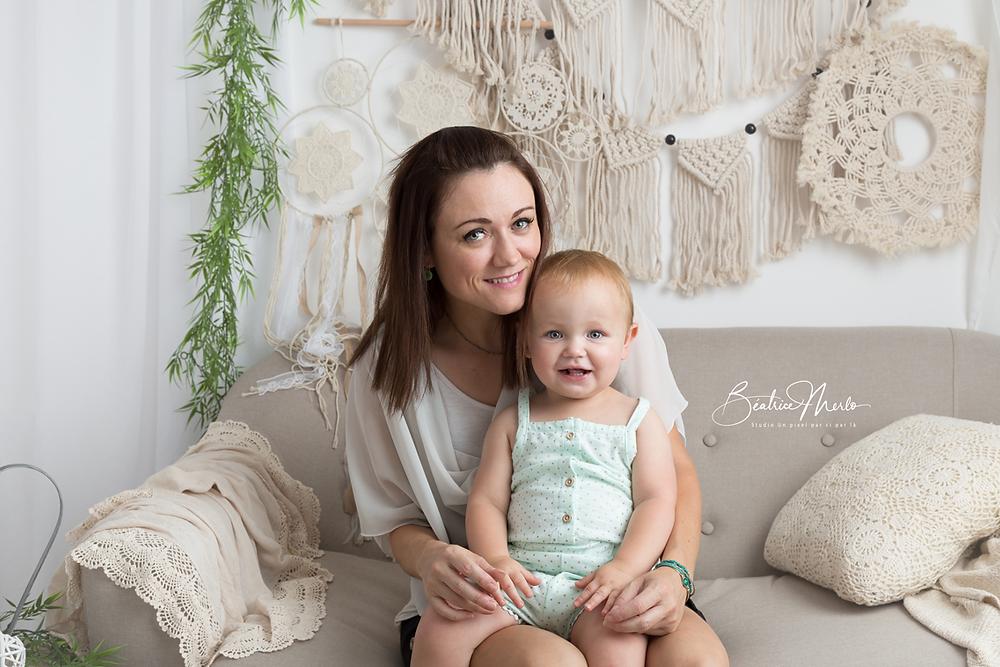 maman fillette sourires canapé macramé