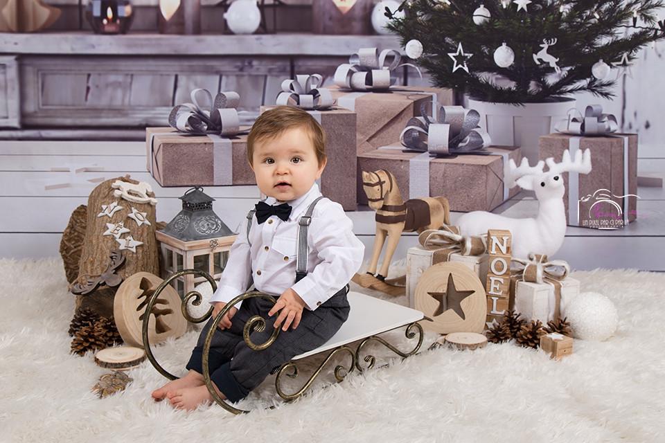 Photo Noël bébé luge sapin cadeau