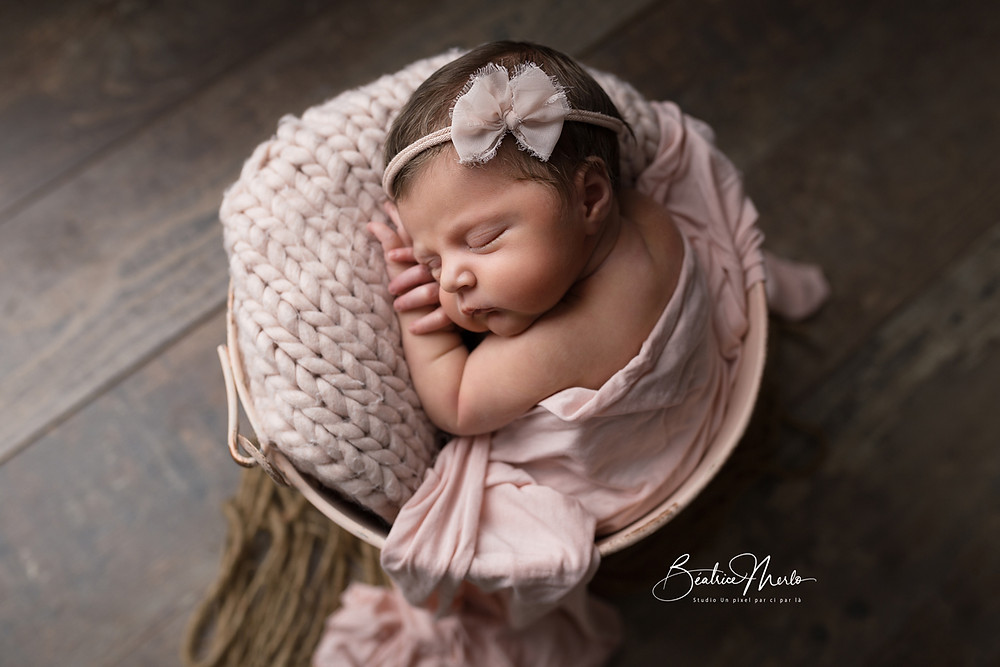 bébé naissance seau rose posing