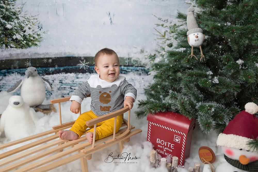 noel bebe garçon luge neige sapin animaux