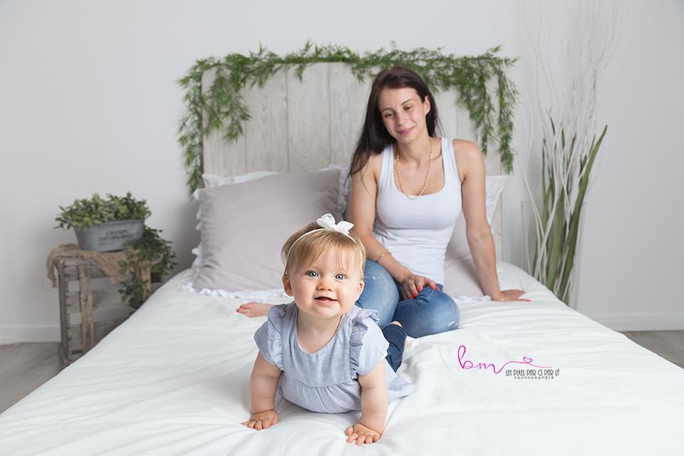 photo maman et bébé sur lit photographe nimes gard 30