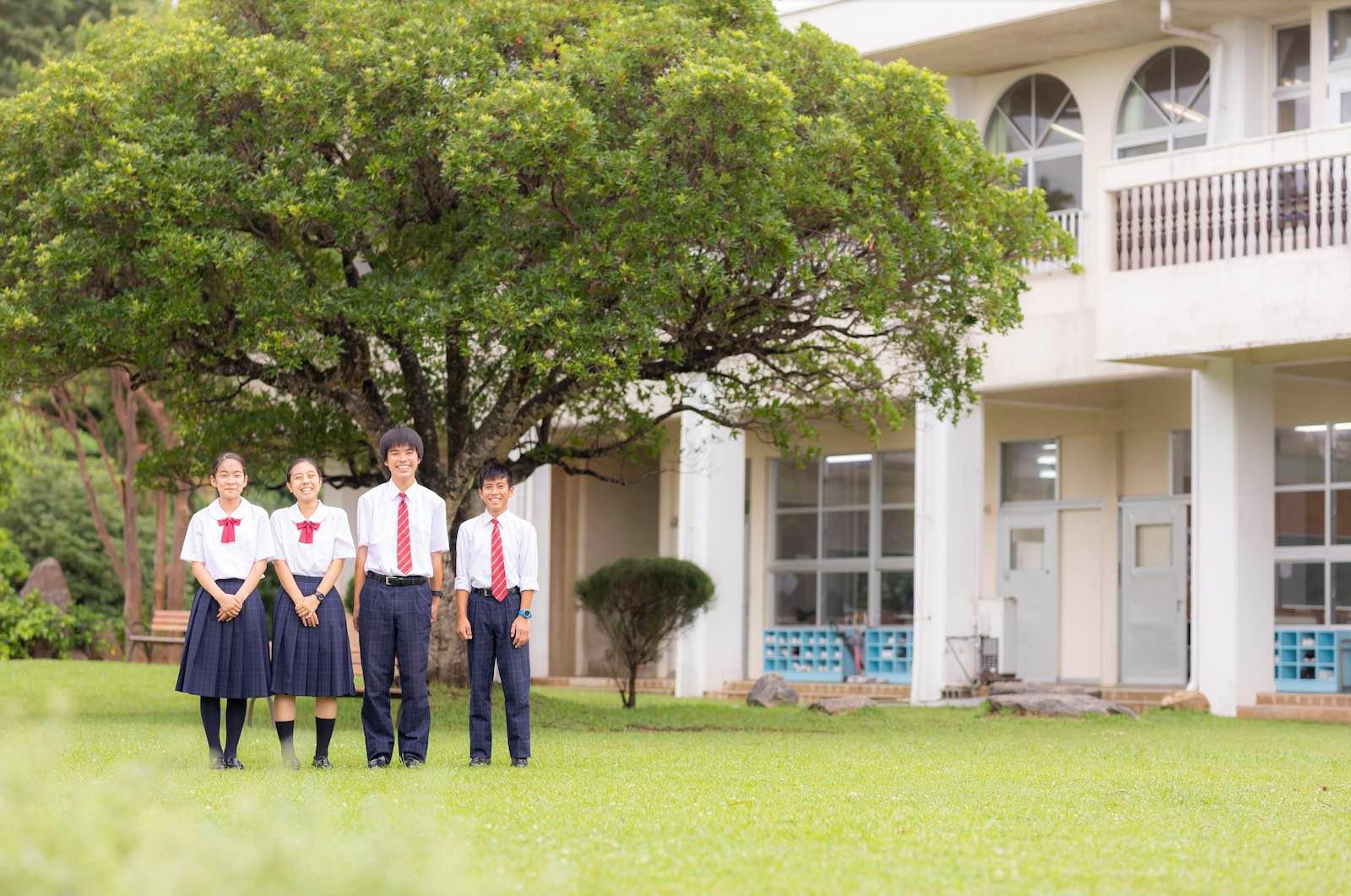 中庭と生徒.jpg
