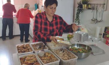 Zubereitung der Mahlzeit für die Besucherinnen