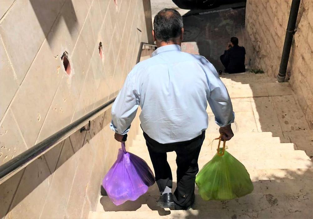 Ein Mann mit Hilfspaketen von unserem Connect Café