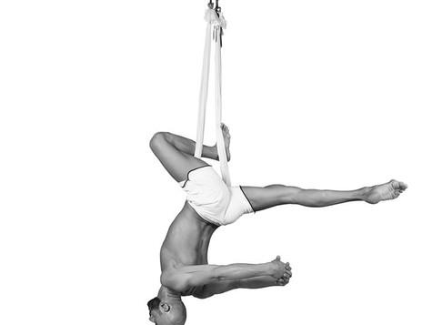 FLYING YOGA DANCE® Allenarsi a testa in giù; Cristian Bevilacqua spiega i benefici delle Asana inver