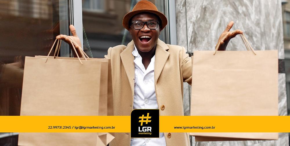 Imagem de um consumidor feliz após efetivar a compra de produtos.