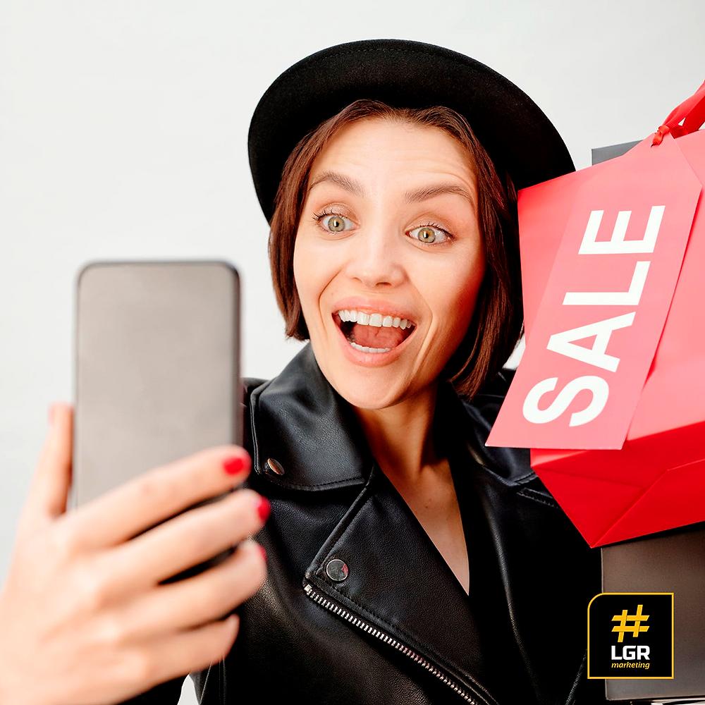Imagem de uma consumidora tirando uma selfie após realizar uma compra.