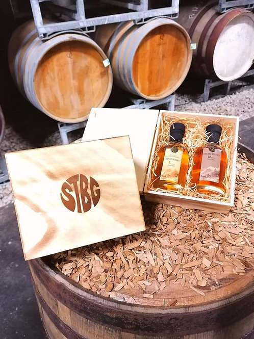 Holzkiste mit STBG Tiroler Whisky 3 Jahre und 10 Jahre, je 0,2 Liter