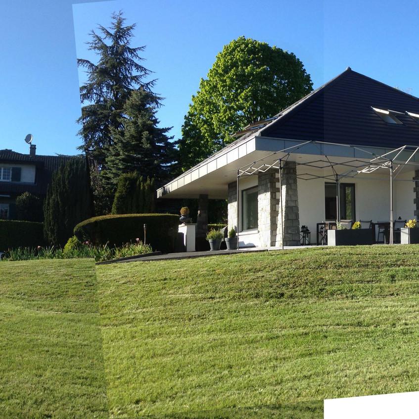 La maison est posée sur le sol. La nécessité s'impose de l'inscrire dans le terrain.