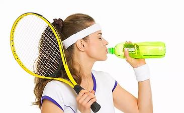 水分補給をする女性テニス選手の写真.webp