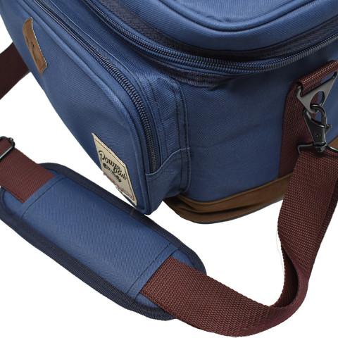 取り外し可能な肩掛けのストラップも付属。肩に当たる部分には、長時間の持ち運びでも痛くならないようパッドが付いています。