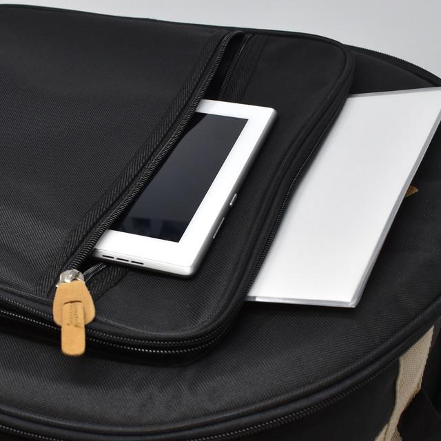 前面には、2つの大きなポケットが付いています。 A4ファイルがすっぽりと入る大きさで、楽譜、タブレット、メトロノームなどの小物を収納できます。