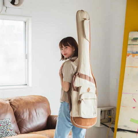 肩への負担を減らすのに大切なショルダー・パッド(肩当て)部分。可動式です。 アウトドア・テイストをカジュアルにまとめたデザインのギター・バッグです。