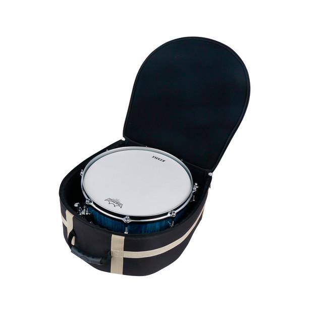 スネアドラムを保護するため、正面 / 側面 / 底面 / 背面に20mm厚のクッションを採用。また、背面(ショルダー側)と底面には補強板を入れ、更に強度をUPさせています。