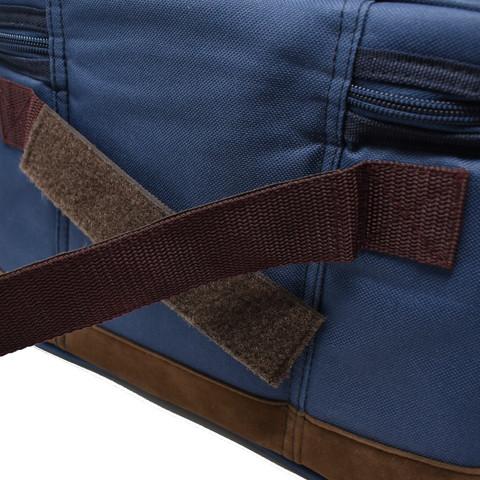 背面のベルトにも面ファスナーを採用。スーツケースなどのハンドル部分に通して持ち運びできます。