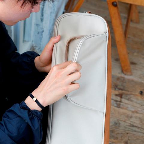 ヘッド部分のアクセサリ・ポケットは、音楽プレイヤーやピック、チューナーなどのアイテムを入れるのに便利です。
