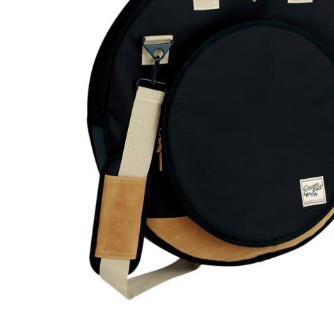 手持ちのシンバルバッグとしてはもちろん、付属のショルダーストラップを取り付けることで、肩掛けのシンバルバッグとしても使用 可能な2Way仕様です。  ※TCB22BK/TCB18BK 共通の仕様です。