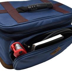 前面のポケットには、工具やケーブルなどの小物を収納可能です。