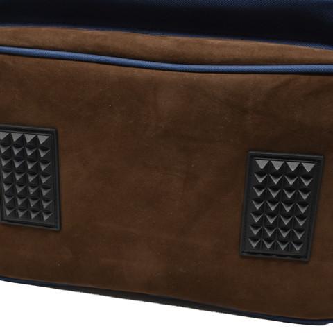 底面にはゴム脚が付いており、床置きの際などにバッグの汚れや劣化を軽減します。