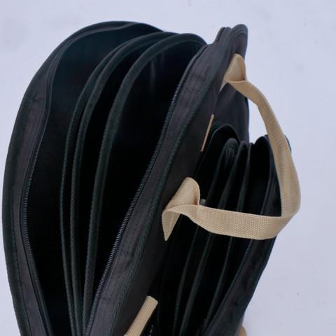 バッグの側面・底面には20mm厚のクッションを採用しています。 また、バッグ内部には、間仕切りを三枚備え、運搬中の摩擦や衝撃からシンバルを守ります。  ※TCB22BK はメインポケットとサイドポケット、TCB18BK はメインポケットのみに間仕切りを備えています。