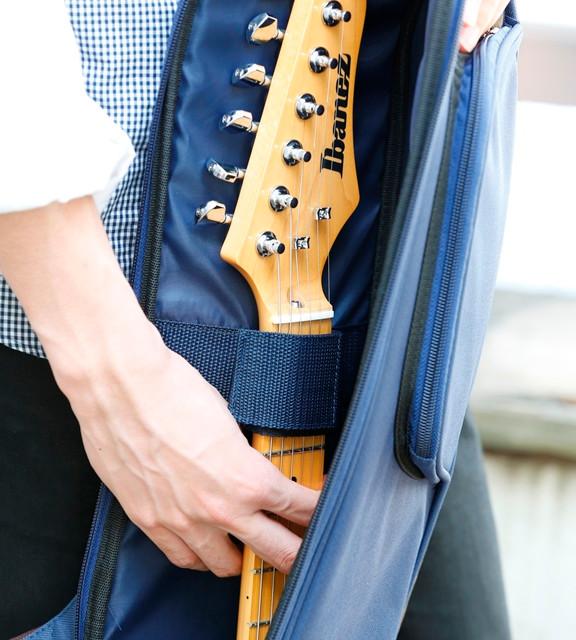 内面上部のネック・ホールド・バンドは、ギターがバッグの中で左右に動くのを極力抑えます。