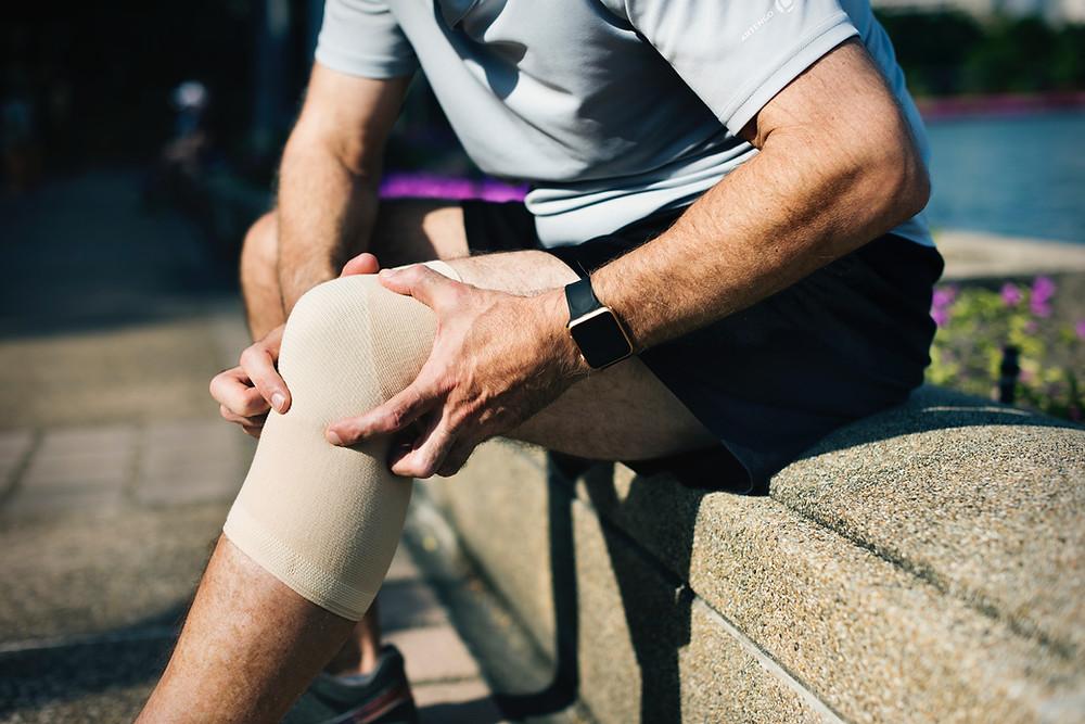 Las articulaciones, como los dientes, son partes del cuerpo que nos toca administrar lo mejor posible, y durante toda la vida. Son recursos naturales del organismo no renovables, únicos y valiosos.   Los dolores en las rodillas, codos, tobillos, hombros, muñecas...etc. llegan a convertirse en insoportables. Con el paso del tiempo y el desgaste de los cartílagos tendones, ligamentos, etc. por su uso, nos vemos limitados y sufriendo de constantes dolores en cada caminata, cada movimiento, cada invierno...   Comúnmente, estas molestias pasan de ser una dificultad para movernos bien, a convertirse en inflamaciones severas, condropatías, artrosis, osteoartritis, tendinopatías...etc. que no se solucionan fácilmente. Como en todos los casos, la moderación en la alimentación adecuada y el suplemento diario con antioxidantes, especialmente el glutatión, son imprescindibles para prevenir, o aliviar esas molestias que son limitantes.  No son molestias que pertenecen solo al campo de los atletas ni de las personas mayores exclusivamente. La exigencia cada vez mayor en los entrenamientos y maratones en los que participa mucha gente joven, hace que hoy en día sean unas patologías muy frecuentes también en deportistas jóvenes.   Como en todos los casos, la moderación en la alimentación adecuada y el suplemento diario con antioxidantes, especialmente el glutatión, son imprescindibles para prevenir, o aliviar esas molestias que son limitantes.   En cuanto a la alimentación, se deben consumir siempre dichos alimentos frescos, con alto contenido de antioxidantes, como hemos mencionado en este blog.  (Ver sección glutatión en los alimentos https://www.glutationmitosyverdades.com/glutation-en-los-alimentos) La lógica del efecto beneficioso del glutatión sobre los problemas de las articulaciones es la siguiente: la artritis y otros problemas de esa clase, puede ser causada por una inflamación crónica. La mayor propiedad del glutatión es regular el sistema inmune. Por lo tanto, si se regu
