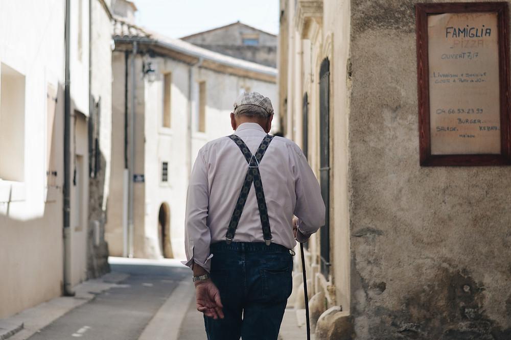 Una de las enfermedades de la última mitad del siglo pasado y del actual es la debilitante enfermedad de Parkinson, aun y cuando se piensa que es una enfermedad que solo afecta a personas mayores, surge muchas veces antes de los 40 años.  ¿Cómo es su proceso de deterioro? hay una progresiva y lenta degeneración de las células que controlan el movimiento,  proceso que va perdiendo su  la destreza y flexibilidad y se va haciendo cada vez más difícil e incontrolable el movimiento del cuerpo.  Asimismo, en el Centro de Investigaciones de Enfermedades Neurodegenerativas de Londres se realizó un estudio en el que se determinó que la segegilina es un medicamento que promueve la actividad del antioxidante glutatión en el organismo y especialmente en el cerebro. El ganglio basal se daña, se reduce la producción de dopamina y comienza el temblor en el cuerpo, especialmente en las manos y la cabeza, el habla se dificulta y se genera inseguridad de movimiento en la persona afectada. En ocasiones sufre de rigidez, falta de equilibrio, de apetito y arrastre de los pies. Comienzan a la par los problemas asociados de demencia...un cuadro triste y que va destruyendo tanto al paciente, como a la familia.  Científicos han intentado desarrollar electrodos que estimulen el sistema nervioso del paciente. Asimismo, en el Centro de Investigaciones de Enfermedades Neurodegenerativas de Londres se realizó un estudio en el que se determinó que la segegilina es un medicamento que promueve la actividad del antioxidante glutatión en el organismo y especialmente en el cerebro. Como lección aprendida, de estos estudios y otros, se derivó que elevar los niveles del antioxidante glutatión detiene el daño al tejido cerebral y neuronal. El glutatión protege a estas células del daño y por lo tanto previene o retarda la muerte de las que promueven la producción de dopamina.   Como lección aprendida, de estos estudios y otros, se derivó que elevar los niveles del antioxidante glutatión detiene el daño al