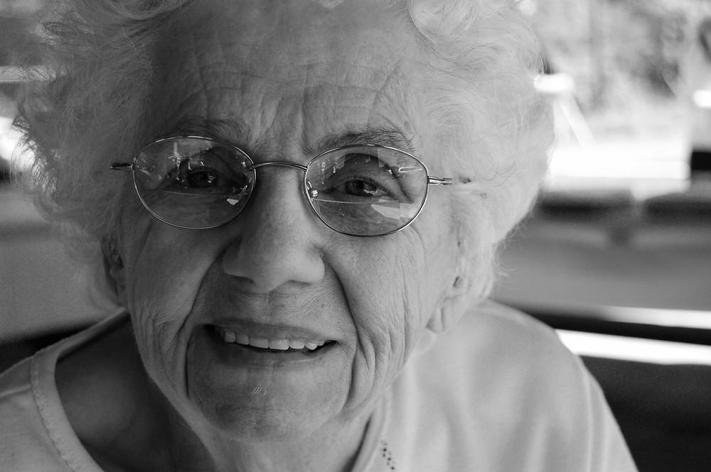 La enfermedad de Alzheimer a escala mundial es una clase de demencia que implica un alto costo emocional, de salud y económico en las personas afectadas y sus familias, y hoy en día millones de personas en el mundo la padecen, mayormente mujeres.  Aunque el Alzheimer parece ser causado por una diversidad de factores, ciertos aspectos son más relevantes que otros. A pesar de que aún no está definido si el estrés oxidativo es la causa o el efecto de la enfermedad, sea como sea, lo que ya no deja lugar a dudas en el ámbito de los estudiosos del tema es que el estrés oxidativo es una de las principales razones del padecimiento.  Recordemos que las toxinas en el cerebro (por ejemplo, metales pesados) pueden determinar la aparición o severidad de la enfermedad de Alzheimer y la acumulación de toxinas produce el daño oxidativo. Resumiendo la idea, es por eso que uno de los causantes más resaltantes asociados a este mal es el estrés oxidativo y la deficiencia de antioxidantes en el cerebro.   La enorme preocupación de la ciencia con respecto al Alzheimer, ha hecho que durante muchos años se hayan estudiado los factores que inducen al progreso de la enfermedad, así como los que los generan.  En artículos anteriores hemos mencionado que se han detectado proteínas como la proteína tau y la betamiloide, una de las cuales puede ser factor biológico causante del mal, que afecta mayormente a mujeres.   También en el curso de las investigaciones científicas, se ha comprobado la estrecha asociación que tiene el estrés oxidativo en el inicio y el progreso del deterioro de las funciones cognitivas de la persona con Alzheimer.   En las personas con la condición de Alzheimer, el cerebro y el plasma revelan un gran daño oxidativo de proteínas, lípidos, oxidación incluso del ADN, disminución de los antioxidantes, como del glutatión y proliferación de radicales libres.   Cuando han profundizado acerca del papel que juega el glutatión en este deterioro, han ido a las bases de su razón de se