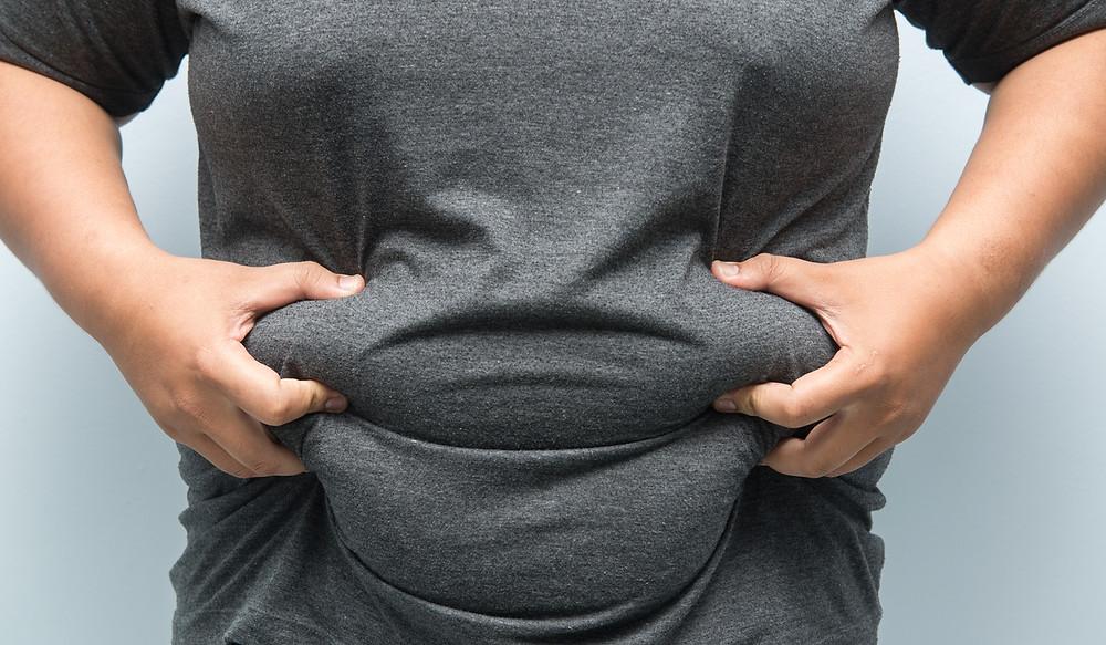 """Una de las razones del sobrepeso, sorprendentemente, es que las toxinas se alojan en la grasa corporal, es decir que necesitan grasa para permanecer en el organismo. Y cuando no se almacenan de manera correcta causan enormes daños en todo el cuerpo.  Mira cómo se comporta el glutatión en el cuerpo de una persona con sobrepeso:  las personas obesas consumen muchísimo más oxígeno, porque su actividad de respiración es mayor. Ese sobreesfuerzo hace que la reserva natural del glutatión en el cuerpo se consuma con más rapidez, los antioxidantes corren a suplir la falta y es en ese momento cuando la persona se queda indefensa y cae en las enfermedades asociadas a la diabetes, como  resistencia a la insulina, intolerancia a la glucosa...etc.  Este proceso es directamente inverso cuando las personas vuelven a su peso normal   Según un estudio publicado en 2007  a la obesidad se le ha llamado un  """"estado de estrés  oxidativo crónico. Continúa explicando el estudio que """"...la obesidad eleva el estrés oxidativo (...) sobre todo, glutatión). Este estrés oxidativo se puede exacerbar con el ejercicio agudo, la edad avanzada o comorbilidades y puede corregirse mejorando las defensas antioxidantes ..."""" (Vincent, Innes et al. 2007)  Según un estudio publicado en 2007  a la obesidad se le ha llamado un  """"estado de estrés  oxidativo crónico. Continúa explicando el estudio que """"...la obesidad eleva el estrés oxidativo (...) sobre todo, glutatión). Este estrés oxidativo se puede exacerbar con el ejercicio agudo, la edad avanzada o comorbilidades y puede corregirse mejorando las defensas antioxidantes ..."""" (Vincent, Innes et al. 2007)  El estres oxidativo es importante en la diabetes tipo 1. En este caso se ha estudiado que un incremento en las especies reactivas al oxigeno puede traer complicaciones asociadas con la diabetes, problemas con las articulaciones...etc.  El glutatión contribuye ayuda al sobreesfuerzo respiratorio y físico que sufre la persona con sobrepeso. como un círculo v"""