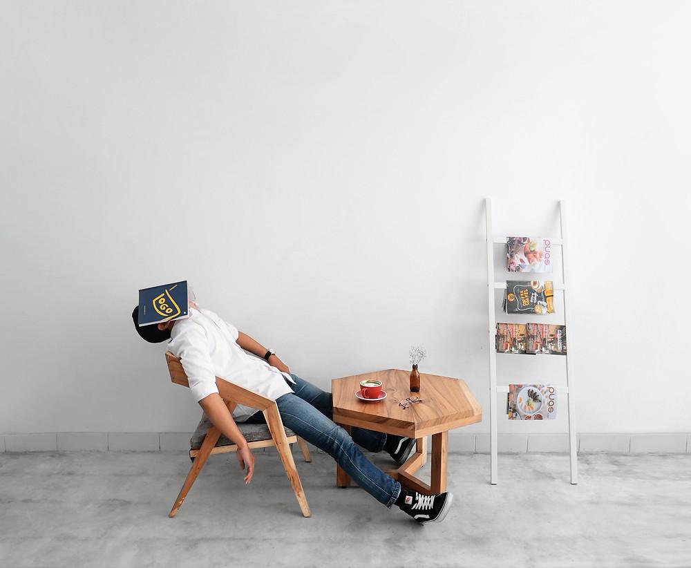 """La anterior es una afirmación del Dr. Rubin Naiman, psicólogo clínico y asistente en la Universidad de Arizona. El Dr. Naiman es un experto en el sueño, y en cómo incide este en la salud emocional y física. Él afirma que cuando no dormimos bien se hace casi imposible superar los sencillos problemas emocionales del día a día o aun los más graves.   """"...no todas las personas necesitan la misma cantidad de horas de sueño(...) para determinar si hemos dormido bien evaluemos la calidad de nuestro día."""" Como él asegura que no todas las personas necesitan la misma cantidad de horas de sueño como hasta ahora se ha creído, él recomienda que para determinar si hemos dormido bien evaluemos la calidad de nuestro día. Si nos mantuvimos enérgicos, cuánto nos irritamos y alteramos por cosas que no necesariamente eran graves, cómo funcionó nuestra memoria y nuestra concentración...etc.   El sueño, científicamente estudiado, consta de fases que se comportan de manera diferente en nuestro organismo:  Fases del sueño:  NO REM 1  Es cuando lentamente nos comenzamos a quedar dormidos y el cerebro empieza a prepararse para  el sueño profundo. Los músculos se relajan y la respiración se vuelve más lenta. Es un sueño muy ligero, si te despiertan en este momento, puede que ni siquiera sepas que habías estado durmiendo.   No REM 2 Aquí comienza un sueño más profundo que el anterior, pero todavía puedes ser despertado muy fácilmente en esta etapa, aunque sabes que habías estado durmiendo. Tu cuerpo funciona aún más lentamente y  tus ondas cerebrales se vuelven más y más lentas. Ahora tu organismo sí se está preparando para la siguiente etapa del sueño.   No REM 3 Es la última fase,  tu cuerpo está en un sueño profundo. Si te despiertan en esta fase te sentirás muy débil, cansado y desorientado. Las ondas cerebrales ahora se encuentran muy lentas. Tus funciones corporales disminuyen al mínimo. Aquí es donde el sueño es mejor, muy reparador y refrescante.  En un próximo artículo les contaré sob"""