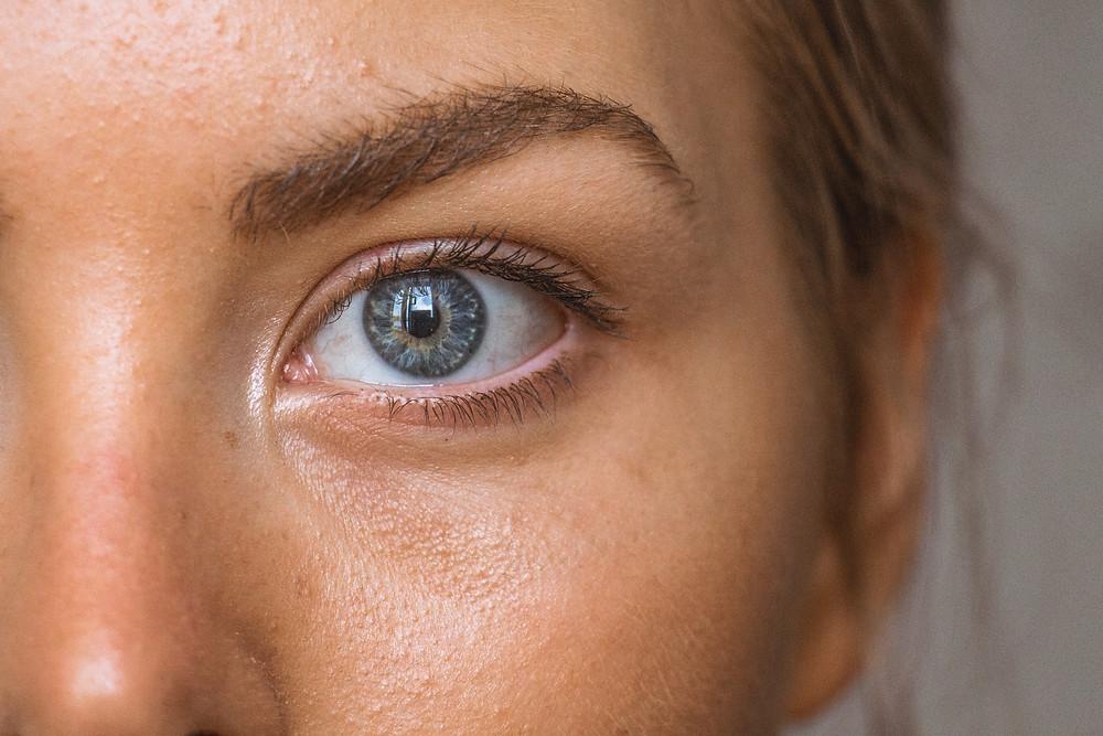 Los oftalmólogos, tal y como lo muestra el video que verás a continuación, están haciendo avances que a ellos mismos los asombran con respecto a las propiedades del Glutathione para las enfermedades oculares. Por ejemplo:   Las cataratas:  Son la pérdida de brillo y la opacidad que se forma en el lente del ojo. Este lente el que permite enfocar la luz en la retina. Este deterioro se debe en gran parte a factores como la exposición a la radiación solar y hasta al mismo estrés oxidativo que es el que va dañando con el tiempo al lente. ¿Y cómo se combate el estrés oxidativo? con los antioxidantes, en especial el Glutathione.   ...más allá de ayudar a restaurar el lente que ya tiene cataratas, el Glutathione previene la aparición de estas.   Estudios que se realizaron en la Universidad de Bari, Italia comprobaron que en las personas con cataratas la pérdida de Glutathione es directamente proporcional al daño de los lentes del ojo porque las proteínas del lente sufren la oxidación que conlleva a lo descrito arriba.   También en Nueva York, en Cornell University estudiaron una muestra a la que le suministraron Glutathione para subir los niveles en sus organismos y esto previno y retrasó las cataratas.  Es decir, que más allá de ayudar a restaurar el lente que ya tiene cataratas, el Glutathione previene la aparición de estas.   Degeneración macular:   Es la ruptura de la mácula, que es la parte de la retina que proporciona la vista más fina y aguda y su daño lleva a la persona incluso a la ceguera. Estudios demostraron que este daño está íntimamente relacionado con la acumulación de radicales libres,  la radiación ultravioleta del sol, y  otros factores oxidativo, como el humo del tabaco.  Recordemos que a más edad, más propensa es la persona a que sus niveles de Glutathione desciendan, por lo tanto sean más proclives al estrés oxidativo, lo cual refuerza el principio de siempre: mientras más altos están los niveles del antioxidante Glutathione en el organismo de la person