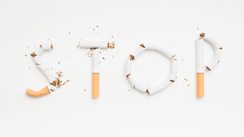 Se ha explicado de muchas formas cuánto daño produce el tabaco en el organismo, yo voy a enfatizarlo, desde mi punto de vista antioxidante, además de los ya conocidos.   En el revestimiento de los pulmones -fluido alveolar- es donde se mantienen los altos niveles de glutatión, para poder desintoxicar y neutralizar todas las inhalaciones dañinas.   Cuando la persona es fumadora, tiene mayor necesidad del compuesto glutatión, porque su cuerpo necesita protegerse más de esas inhalaciones perjudiciales, es como si le estuviera abriendo la puerta de su organismo a los radicales libres, que son los causantes de miles de enfermedades y padecimientos.   Sin duda alguna, la oxidación es mayor en el fumador que en el no fumador y por lo tanto su necesidad de suplementación de glutatión, es también más urgente.  Adicionalmente, solo voy a citar las enfermedades más comunes que produce el tabaco:  Enfermedad de EPOC: una inflamación pulmonar causada por inhalación de humos nocivos y por el mismo tabaco.    Enfisema: destruye día tras día los pulmones haciendo tan difícil la respiración que hasta hablar y comer se hacen unas tareas difíciles.   Bronquitis: un altísimo porcentaje de los afectados por bronquitis, la adquieren por la inhalación del humo del tabaco.   Cáncer de Pulmón.  Según Dell Medical School, hasta riesgo de ateroesclerosis.  Enfermedades Cardiovasculares: Los humos tóxicos que se inhalan constantemente hacen que el corazón del fumador tenga que hacer un esfuerzo demasiado grande para conseguir realizar las actividades cotidianas, cada una de ellas adquiere una dificultad que antes no tenía y la persona se ve limitada más y más.  Neumonía.  Desórdenes hormonales.   Aumento del riesgo de enfermedades coronarias en las mujeres fumadoras que toman anticonceptivos.  Osteoporosis.  Disminución de los sentidos del olfato y del gusto.  Adelanto de la menopausia.  Daños en la piel, sequedad, manchas en las uñas.   Esterilidad.  Tengamos en cuenta también que, paralelame