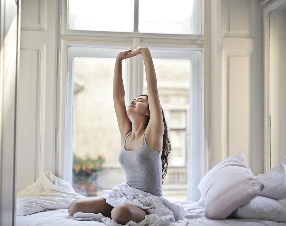 """Muchos factores que creemos que no afectan ni son importantes, son los pilares de un buen sueño. El insomnio genera tensión y miedo al insomnio, lo cual es un círculo vicioso, por eso se estudió y creó la llamada """"Higiene del Sueño"""", conocida y recomendada por los expertos de los trastornos del sueño para aquellas personas que tienen dificultad para conciliar o mantener el sueño, incluso en su despertar y en la vigilia. Básicamente son recomendaciones de estilo de vida y hábitos que ayudan a conseguir ese buen sueño.    No tomar ni alcohol ni cafeína ni estimulantes. Por ejemplo, la cafeína estimula el cerebro en vez de ayudarlo a relajarse. Todos los siguientes también son estimulantes y contienen cafeína: te o café, refrescos, chocolate...procura no consumirlos después de las 5 de la tarde. En relación con el alcohol se tienen falsas creencias, el alcohol hace más lenta la actividad cerebral, lo cual provoca una sensación engañosa, a veces la persona bebe un trago al acostarse y siente que eso lo ayudó a conciliar el sueño, que se """"relajó"""", pero es solo una etapa inicial, se interrumpirá en sus etapas posteriores. Lo que puede parecer un inocente """"traguito"""" antes de acostarse puede provocar una noche inquieta y con muchísimas interrupciones del sueño.  Si vas a tomar alcohol, procura no hacerlo después del mediodía.   No fumar.  La nicotina es altamente estimulante y produce interferencia con el sueño y hasta con su conciliación.  Más allá, si acabas de dejar de fumar, puede presentarse el llamado """"sindrome de abstinencia"""" que es otro estimulante cerebral e inquietante, y por lo tanto no permitir un sueño continuo.     ¿Ejercicio o no ejercicio? Otra confusión que aclarar, hacer ejercicio regularmente ayuda a dormir mejor, pero no debe practicarse cerca de las horas en que la persona va a dormir, porque en vez de ser beneficioso, altera el sueño. Los músculos tardan en relajarse después del ejercicio, las endorfinas (que son las hormonas que se segregan al ejercit"""