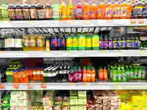 """Por muchas razones, por diabetes, por simple salud, por cuidar el índice glucémico en nuestro cuerpo...etc.   muy frecuentemente buscamos en la información nutricional de algún producto que no tenga azúcar, y hoy en día es casi imposible que el fabricante acepte que su producto la contiene.  La palabra es sustituida por una serie de nombres que, al más incauto, no le hacen pensar que va a consumir azúcar.  El azúcar es una de las sustancias más dañinas para su cuerpo y puede causar una adicción difícil de eliminar.   Con la finalidad de que la próxima vez que vayas a comprar un alimento, decidas por ti mismo si quieres o no el azúcar que contiene, te doy una lista de nombres que esconden la palabra azúcar en el contenido nutricional de los alimentos, porque si lo que intentas es reducir el consumo de azúcar todos los siguienes nombres dicen lo mismo, pero con diferentes términos, y algunos son más dañinos aún que el mismo azúcar, sobre todo los líquidos y los que se utilizan en las bebidas líquidas.  Jarabe de maíz Fructosa Dextrosa Maltosa Sacarosa Sucrosa Cañamiel  Melaza negra Jarabe de mantequilla Cristales de jugo de caña Jugo de caña evaporado Caramelo Jarabe de ceratonia siliqua (o algarrobo) Melaza de arroz Sólidos de jarabe de maíz Cristales de Florida Sirope dorado Jarabe de arce Melaza Jarabe refinado Jarabe de sorgo Sucanat Azúcar turbinado Cebada de malta Dextrina Dextrosa Malta diastática Etil maltol Glucosa Sólidos de glucosa Lactosa Jarabe de malta D-ribosa Galactosa Maltodextrina Azúcar de Castor  El azúcar es como una droga, mientras más se consume, mayor es la adicción. La única forma de que el cuerpo no """"pida"""" azúcar, es no consumiéndola, así se evita por completo el daño real que esta le produce a su cuerpo y a sus células.   La otra mala noticia es que se ha comprobado en estudios relacionados con la función de las mitocondrias, que las células cancerígenas se alimentan de azúcar y así mantienen sus funciones celulares. Asimismo se determinó qu"""