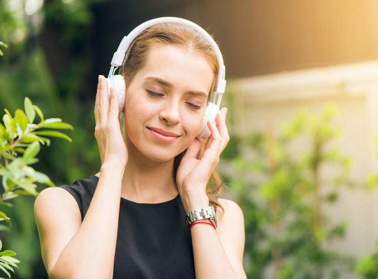 A medida que se comprueban sus efectos positivos, la música es cada vez más utilizada como herramienta para manejar el estrés y aliviar enfermedades, ya que fomenta una experiencia positiva y beneficiosa, activa hormonas del bienestar, reduce la tensión, ayuda a disminuir los dolores y fortalece el sistema inmune.   Son muchos sus beneficios, como:  🎵🎻 es una actividad que el organismo recibe con placer, y el placer contribuye a liberar endorfinas, que a su vez son analgésicos naturales, por lo cual tienen la capacidad de disminuir los dolores.  🎵🎻escuchar música activa el hemisferio derecho del cerebro  favoreciendo su  salud.   🎵🎻 la música es utilizada en hospitales para la rehabilitación de personas con trastornos del movimiento y  autismo. 🎵🎻 la música reduce la liberación del cortisol, que es la hormona del estrés, por lo que es antiestrés.  🎵🎻 contribuye a mejorar la memoria y la capacidad de atención. 🎵🎻 cuando la música es lenta y armoniosa, ayuda a disminuir la respiración y el ritmo cardíaco, eso automáticamente reduce la ansiedad y la angustia. 🎵🎻 la música adecuada eleva el estado de ánimo, mejora el humor y produce sensaciones gratas.  🎵🎻 hace que se liberen oxitocina y dopamina, también hormonas que contribuyen al bienestar.  Por todos estos beneficios y más, desde hace muchos años se utiliza la música en hospitales para contribuir a mejorar la salud de pacientes con trastornos de movimiento, problemas cerebrales y auditivos, así como en el autismo, puesto que son comprobadas las mejorías cuando se combinan tantos elementos saludables en el organismo.  Además, la música que te relaja y te gusta es tu medicina, incorpórala a diario en tus actividades, como un deber más, como el consumo diario de glutatión, que te aleja de las enfermedades y te protege contra el daño tóxico, como el sexo, la risa, el ejercicio...y por supuesto, una buena alimentación.  Feliz semana.